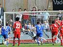 Gossaus Thomas Knöpfel versenkt den Penalty zum 2:2 gegen Vaduz Torhüter Yann Sommer.