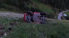 Der Staplerfahrer stürzte den Abhang hinunter.