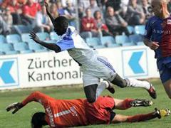 Umstrittene Szene: Demba Touré stolpert über Pascal Zuberbühler.