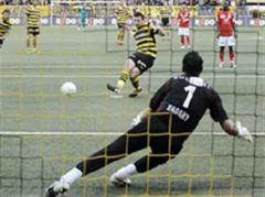 YBs Xavier Hochstrasser trifft gegen Sions Essam El Hadary per Penalty das Tor zum 1:0.