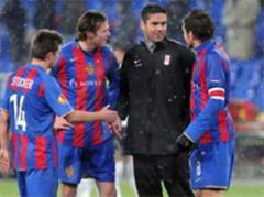 Basels Valentin Stocker, Marco Streller und Benjamin Huggel mit Fulhams Pascal Zuberbühler.