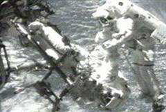 ISS-Astronauten bei Aussenarbeiten.