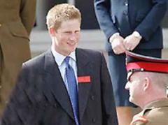 Prinz Harry lacht noch, als er Anfang Mai die Militärakademie betritt.