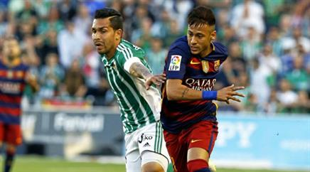 Petros (l.) versucht Neymar zu stoppen.