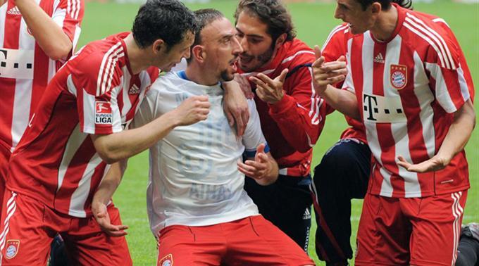 Bayerns Mark van Bommel, Franck Ribery, Hamit Altintop und Miroslav Klose jubeln.
