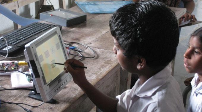 Indische Schüler testen das Tablet.