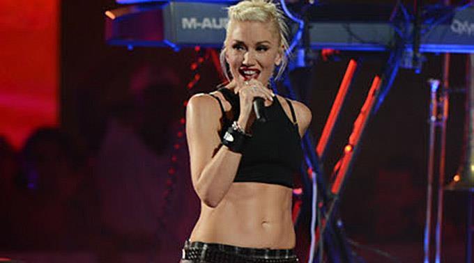 Die Zusammenarbeit von Gwen Stefani und 'No Doubt' klappt gut, weil sie über die Witze ihrer Bandmitglieder lacht.