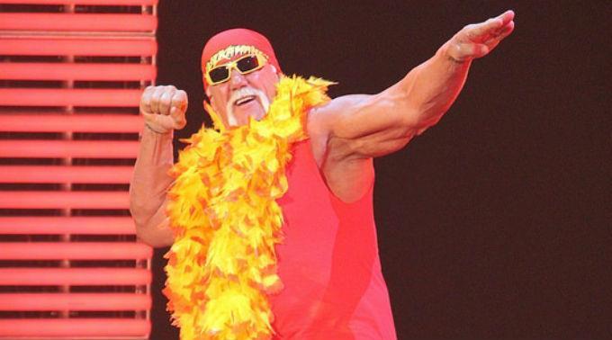 Hulk Hogan wird der Rücken gestärkt.